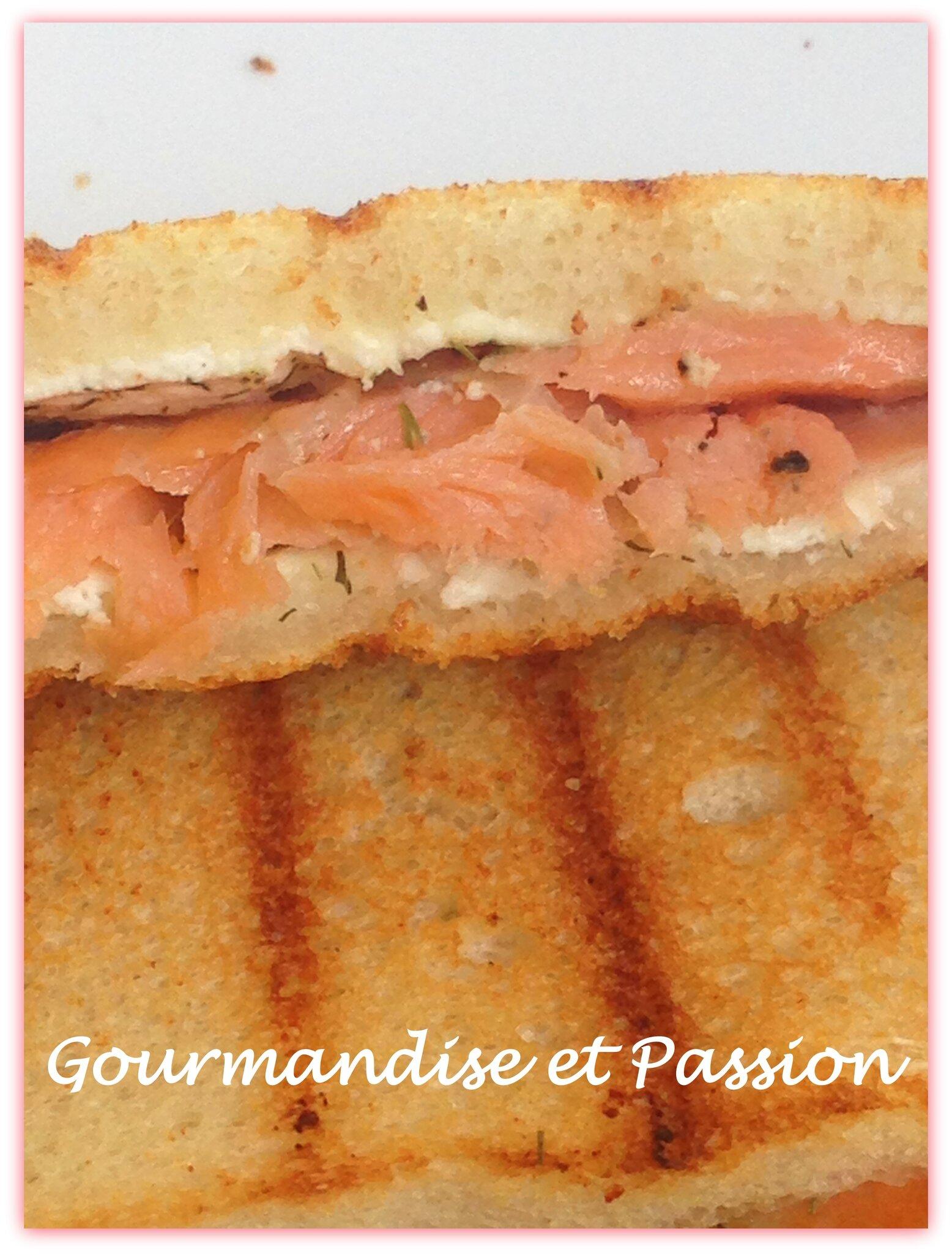 Croques saumon fumé, fromage frais et oignon rouge