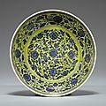 Coupe en porcelaine bleu blanc à fond jaune. chine, dynastie qing, marque et époque yongzheng (1723-1735)