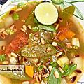 Soupe aux raviolis et pesto d'herbes.
