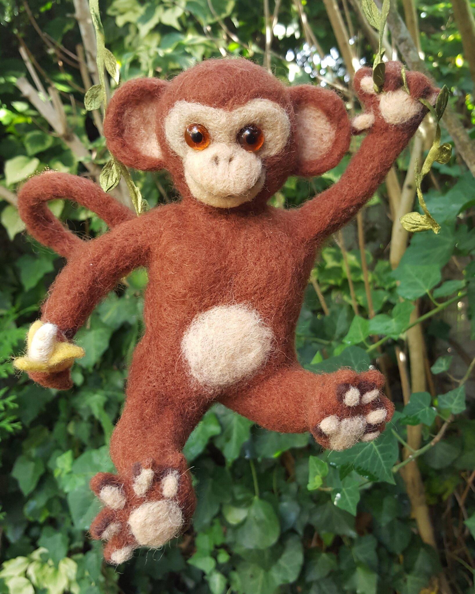 Petit singe en laine cardée feutrée à d'aiguille