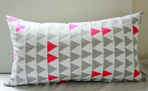 coussin triangles fluo