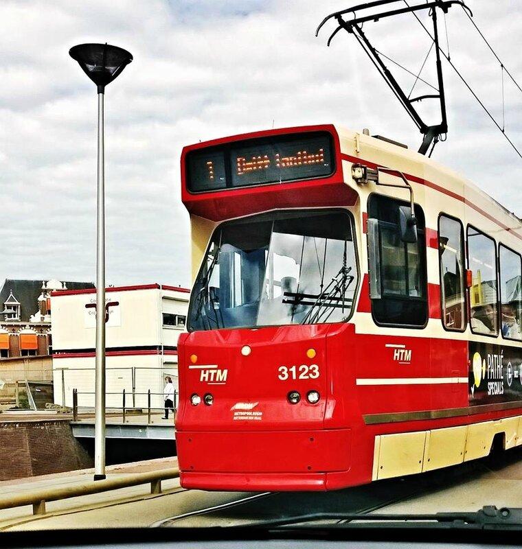 le tramway de Delft, pris de la voiture.