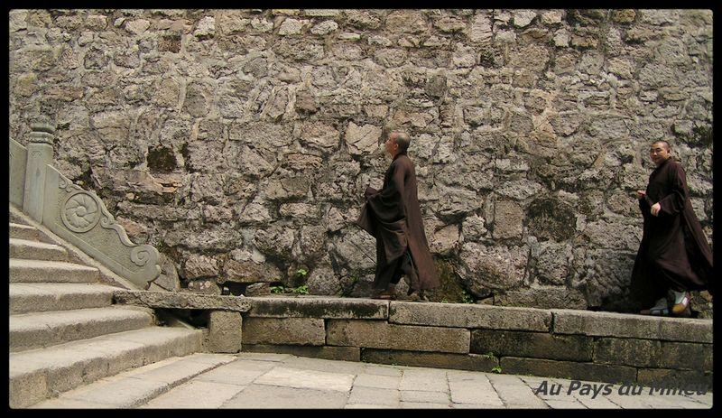 Ile de Putuo Shan moines répondant a l appel de la prière