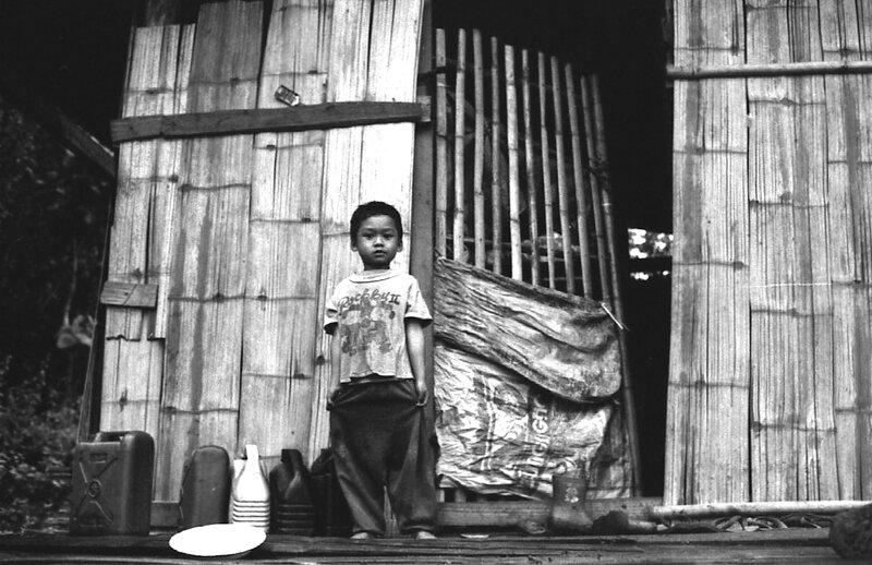 enfant devant la maison thanon