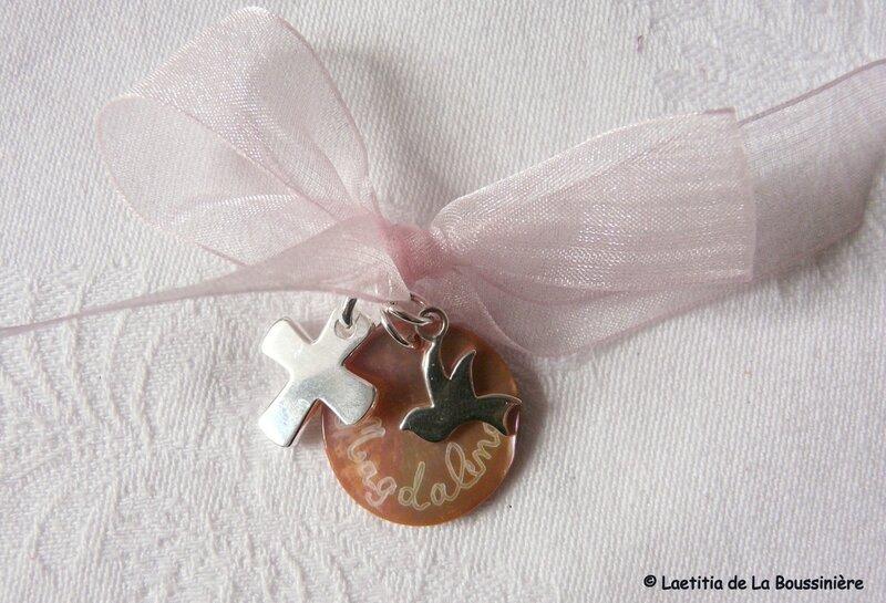 Ensemble Croix, médaille en nacre et mini colombe en argent massif pour un bébé
