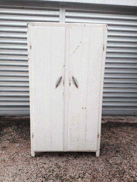 armoire années 40 avant fermée