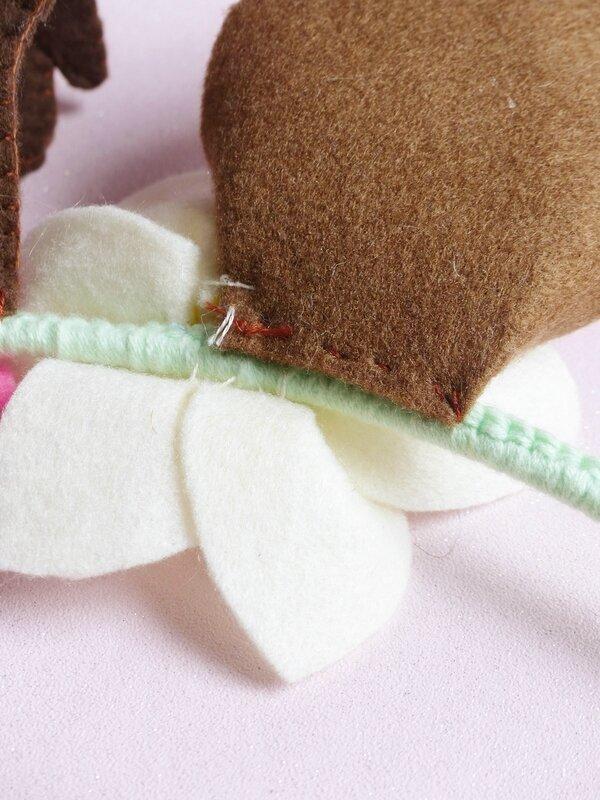 diy-salon-creativa-couronne-noël-fleur-feutrine-oreilles-renne-paillettes-23