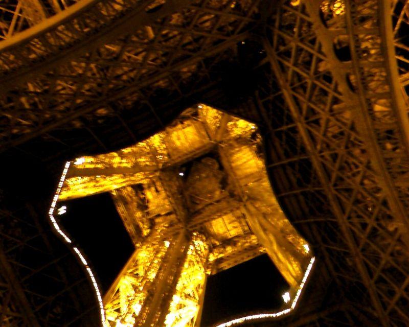 La Tour Eiffel vue de dessous