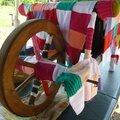 Brouette en yarn bombing