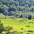 La cabane d'Ichèus au creux des rochers.