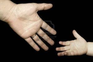 414633-un-adulte-pour-parvenir-a-un-enfant-la-main[1]