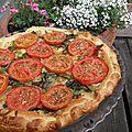 Plat complet : tarte aux fanes d'oignons nouveaux et tomates