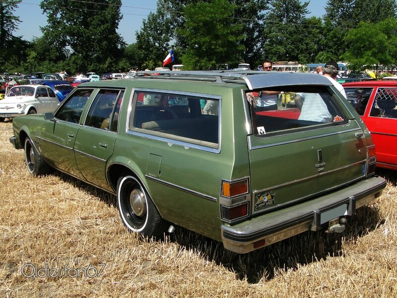 oldsmobile-custom-cruiser-1979-b