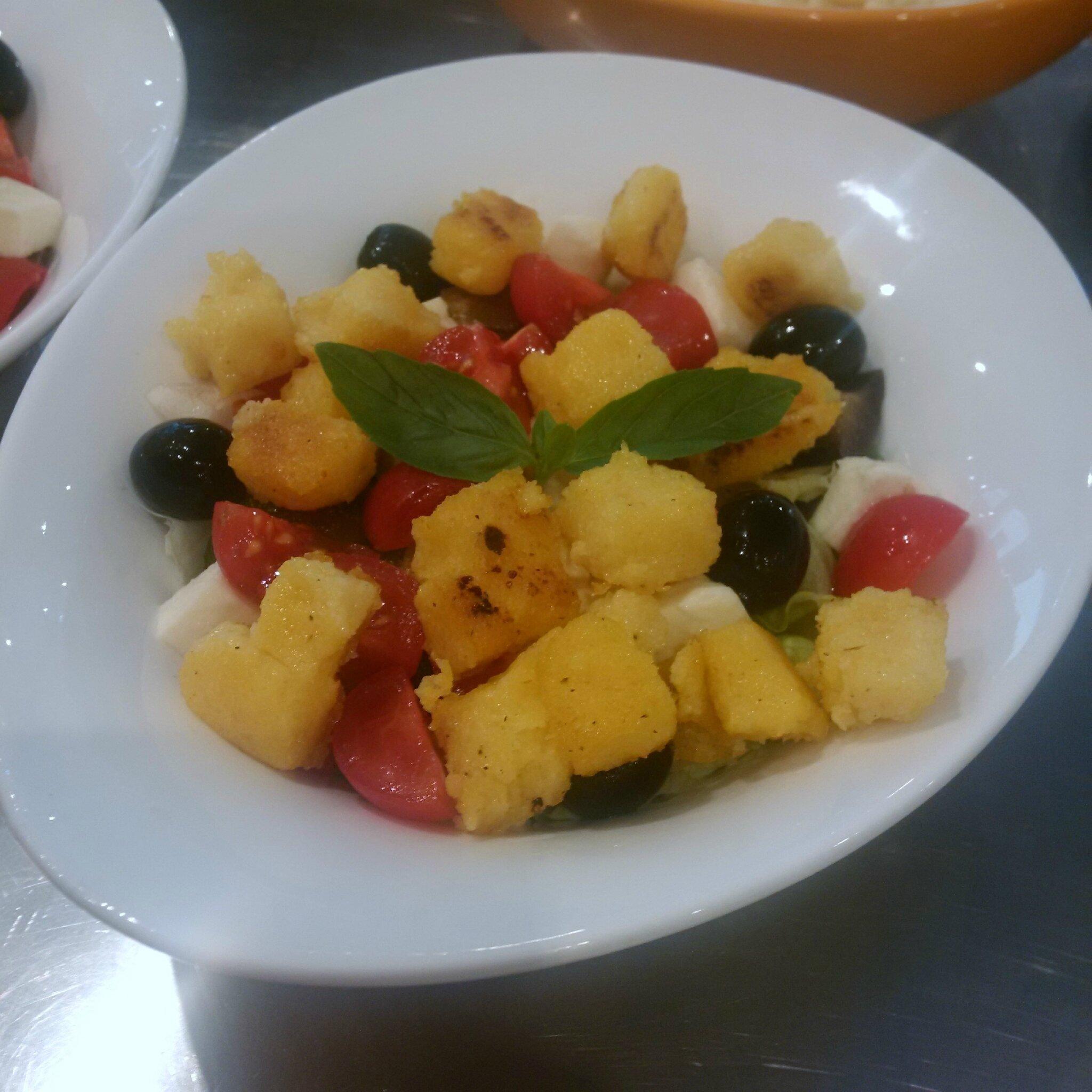 Salade Italienne de Polenta grillée, Tomates cerises, Basilic, Olives noires (avec ou sans jambon)