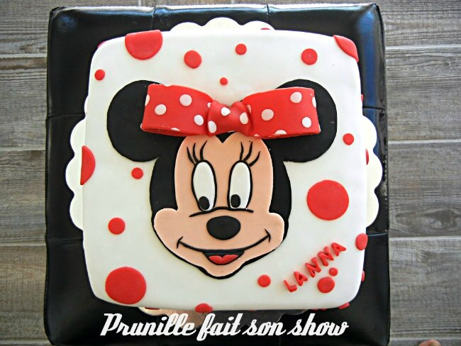 Gateau Minnie Mouse à pois rouge...
