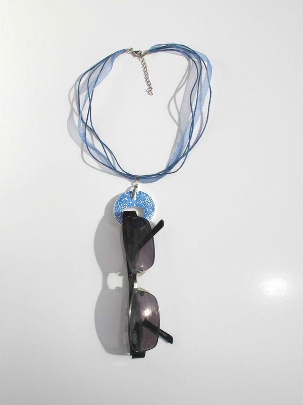 Pendentif porte lunettes fimo rond fleurs bleu
