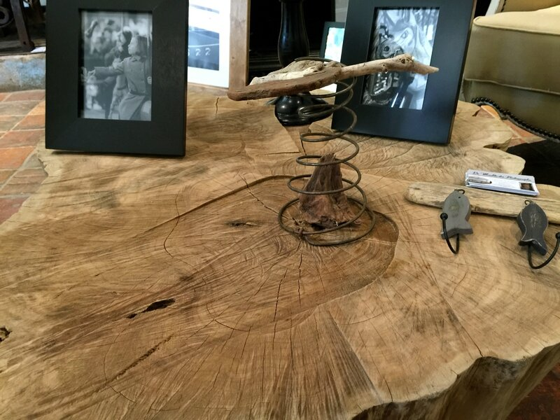 Table basse en tronc d'arbre. DR Le Meuble du Photographe