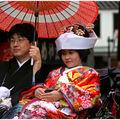 Les mariés arrivent au sanctuaire Yushima