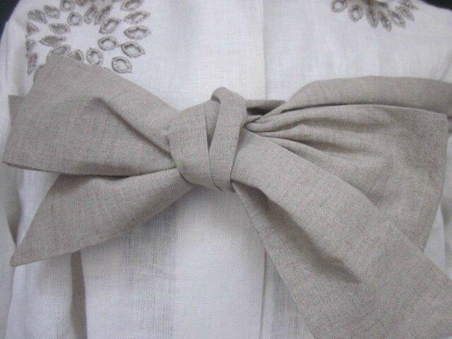 Manteau AGLAE en lin écru ajouré et brodé de beige fermé par un noeud de lin brut (4)