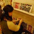 Madame fait un tapis de soie