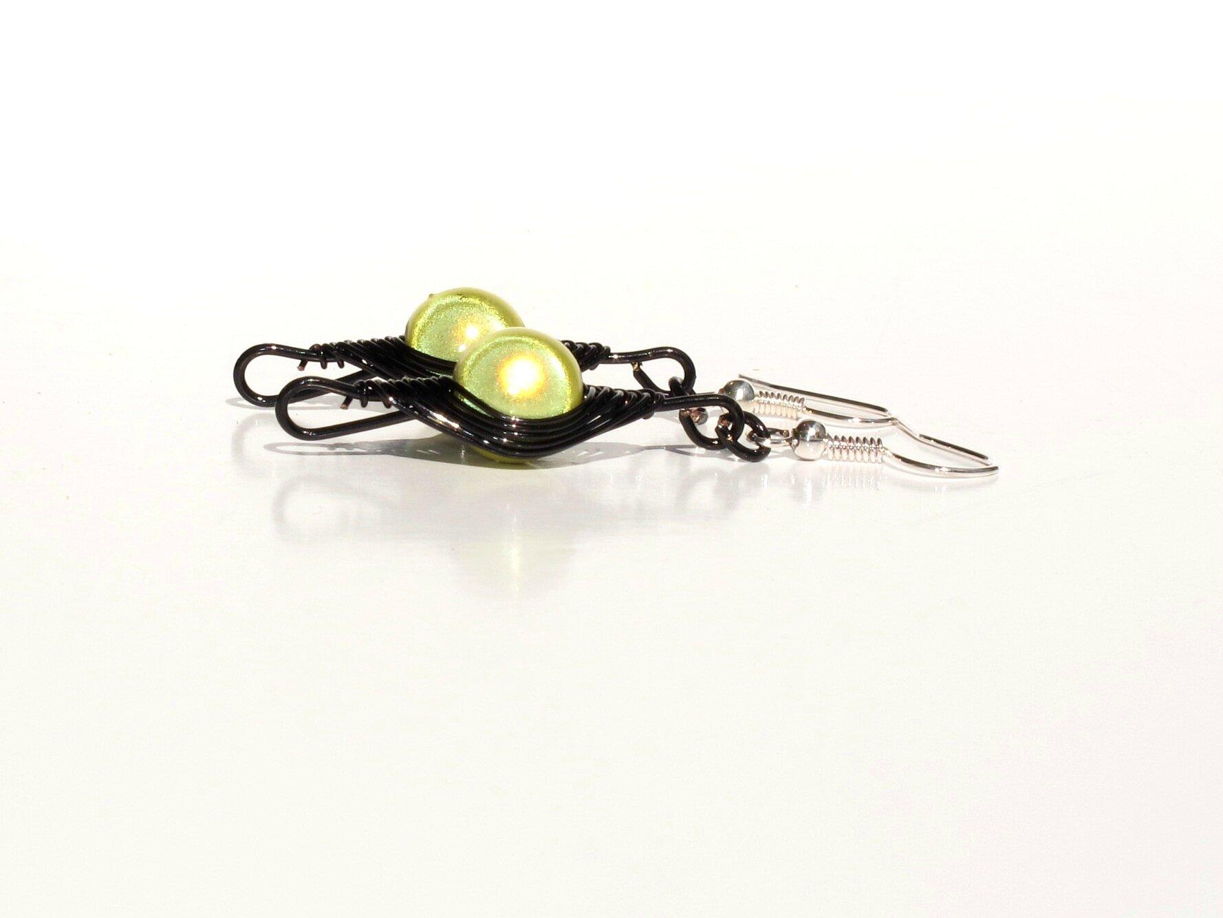 boucles d'oreilles wire noir perles vertes jaunes profil