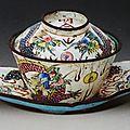 Tasse à thé et soucoupe à fond blanc et à décor de dragons, vietnam, minh mang (1820-1840), emaux de huê, musée d'histoire du vi