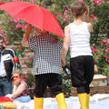 Les ptitsys en pantalon de moujik et bottes de pluie
