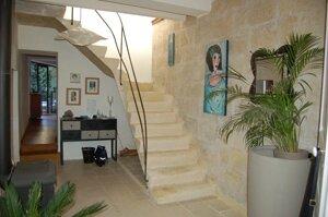 Une grande maison pleine de charme grande maison de for Escalier entre cuisine et salon