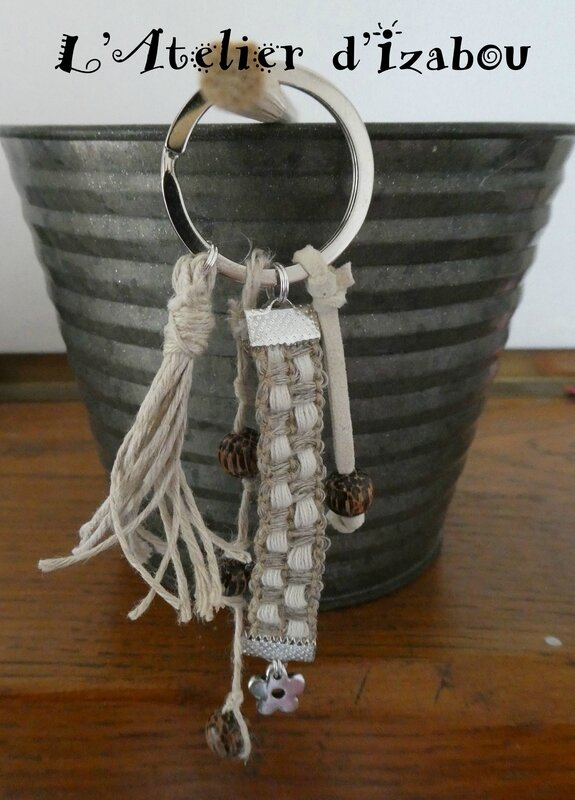 P1010218 Porte clé ou bijoux de sac fil de chanvre, perles bois, daim