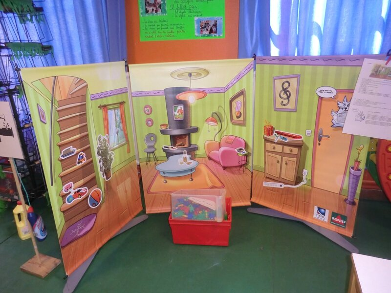 exposition sur les dangers domestiques dans la classe de florence. Black Bedroom Furniture Sets. Home Design Ideas
