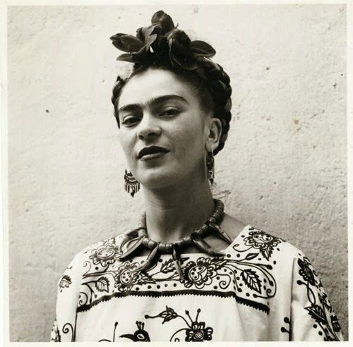 Frida en robe traditionnelle