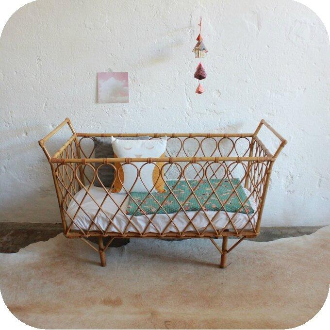 vintage et original le lit en rotin est de plus pom gus. Black Bedroom Furniture Sets. Home Design Ideas
