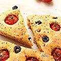 Focaccia aux tomates cerises, olives noir grecque et au basilic
