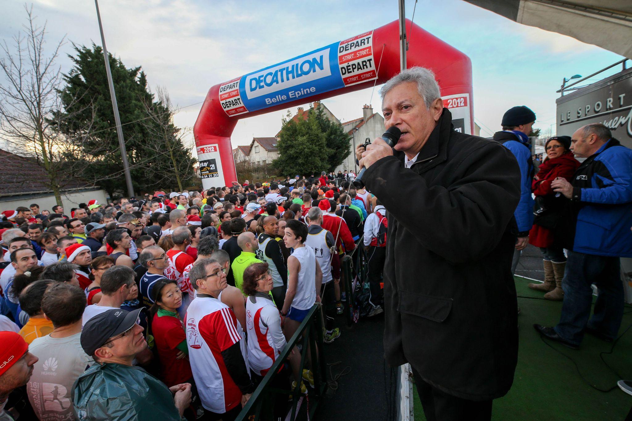 Richard Dell'Agnola donne le départ de la 14e corrida de Thiais. © Photo Michel Stoupak. Dim 16.12.2012.