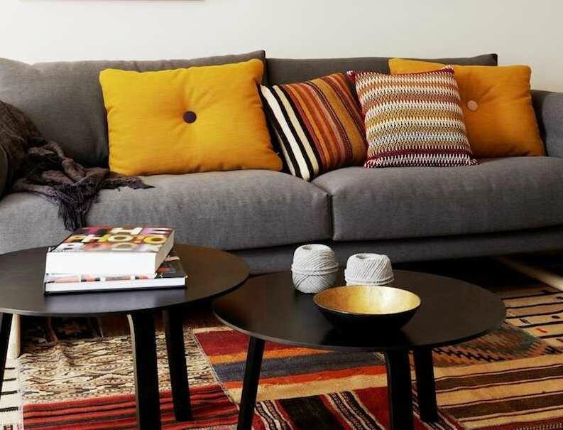 ambiance-salon-chic-idée-déco-suspensions-noires-tapis-motifs-ethniques