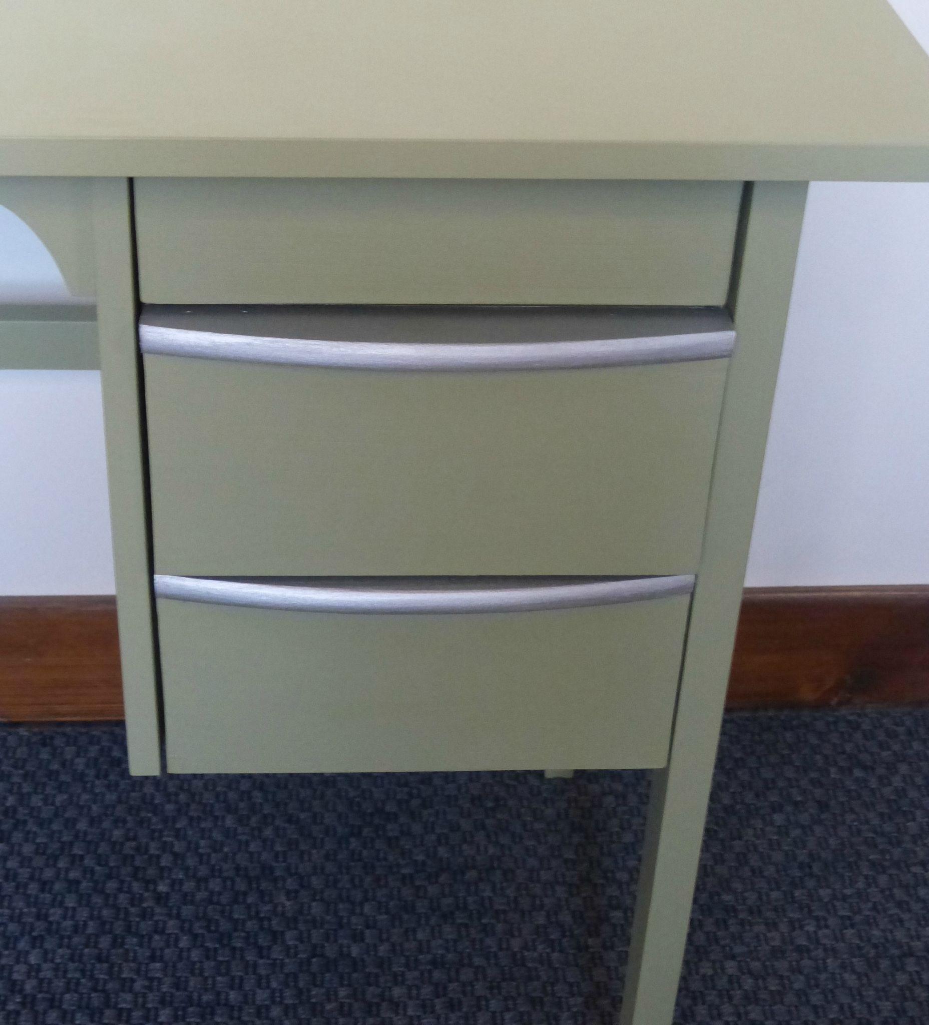 ancien petit bureau repeint vert bronze avec chaise atelier darblay le meuble d 39 c t. Black Bedroom Furniture Sets. Home Design Ideas