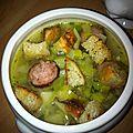 Le potage de l'hiver: bouillon de légumes à la saucisse fumée
