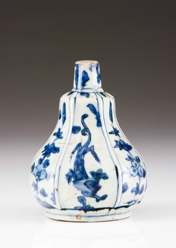 A Chinese porcelain bottle, Ming dynasty, Wanli Period (1573-1620)