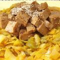Tofu mariné et salade chaude de chou et poivron épicés
