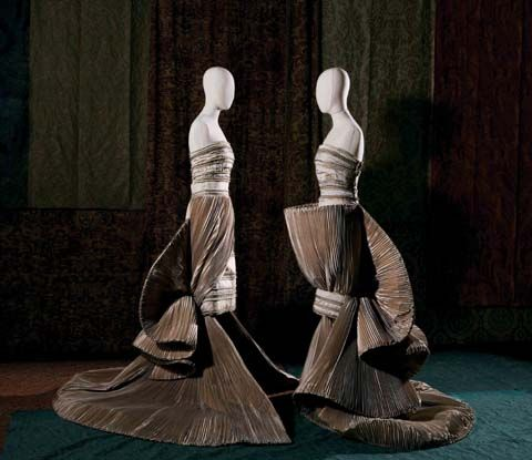 Roberto Capucci.Crete [Clay]. Sculpture-dress in sarcenet taffeta. Plissé cup effect with train. First exhibited: National Gallery of Modern Art, Rome, 1989. Photo: Andrea Melzi and Efrat Kuper
