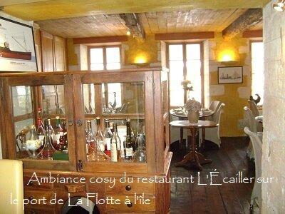 Ambiance_cosy_du_restaurant_L__Ecailler_sur_le_port_de_La_Flotte_a_l__ile_de_Re_2