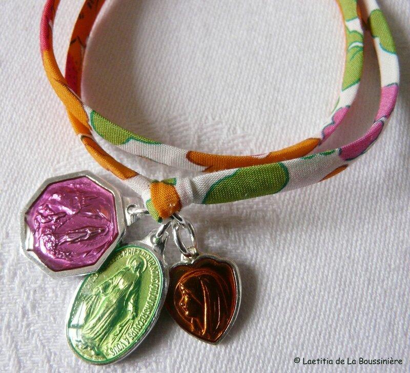 Bracelet Marie sur ruban fin Betsy orange (détails des médailles)