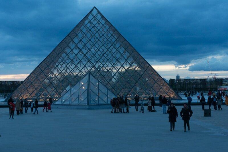 La pyramide du Louvre, heure bleue