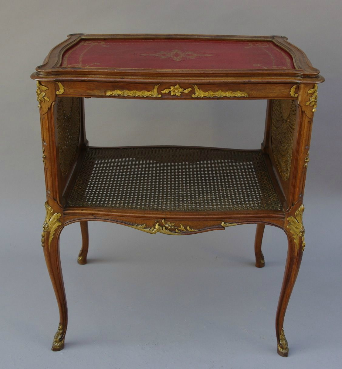 Petite table de salon cannee de style louis xv estampillee for Copie meuble ancien