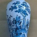 Paire de vases balustres. Chine, priode Kangxi (1662-1722).
