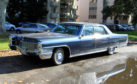 Cadillac_fleetwood_sedan_de_1966__Retrorencard_octobre_2010__01
