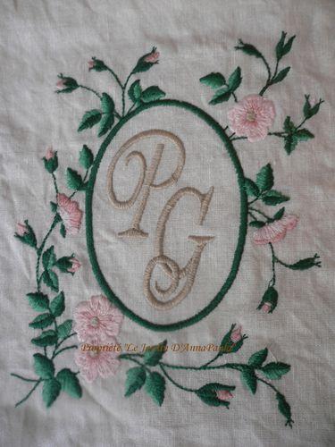P G in cornice di rose