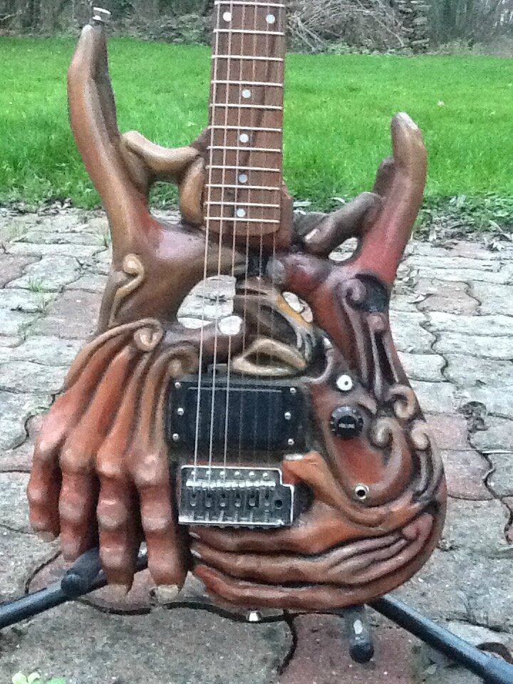GUITARE SCULPTEE...HANDY!
