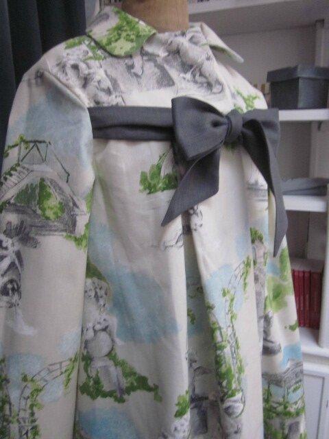 Manteau AGLAE en toile de coton imprimé jardins à la française - noeud de lin gris (6)
