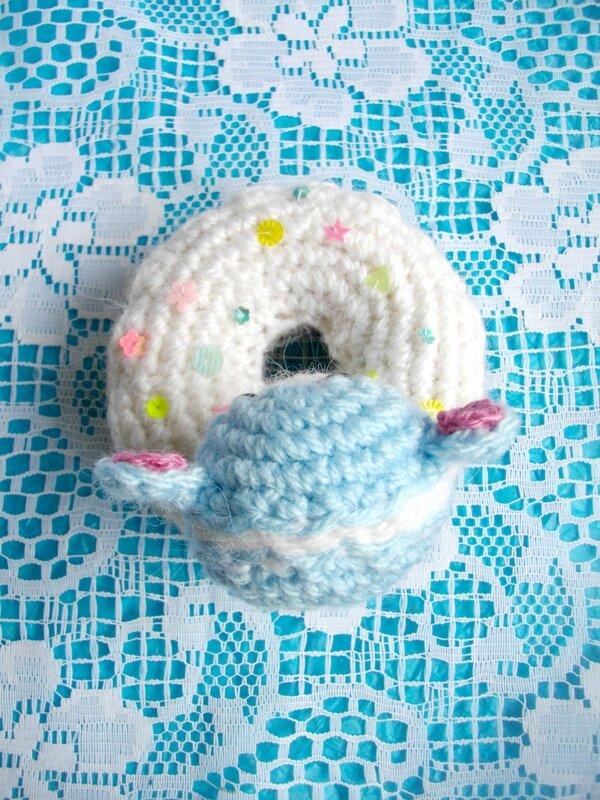 ourson-gourmandise-crochet-macaron-donut-kawaii